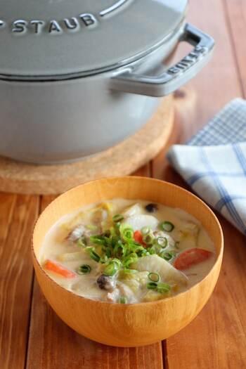 濃厚な豆乳で仕上げた豚汁。まろやかな豆乳は味噌味や豚肉によくなじみます。ストウブでじっくり蒸し煮にして、野菜の旨味を引き出して。