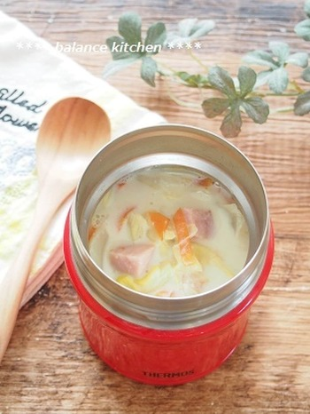 豚肉のかわりにベーコン、根菜のかわりにキャベツをたっぷり使った豆乳仕立てのスープは、いうなれば「変わり種」豚汁。オリーブオイルとコンソメで洋風に仕上げれば、パンにも合う味に。ランチにぴったりです。
