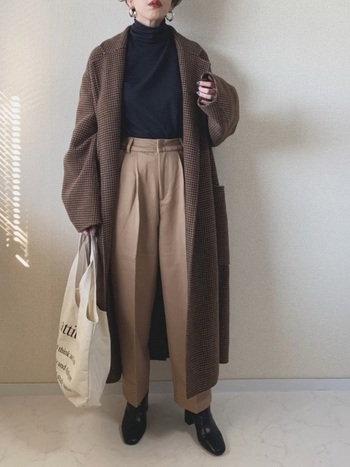 トラッドな雰囲気のチェスターコート。色味を抑えたシンプルなパンツコーデに羽織るだけで、メンズライクなファッションが完成します。
