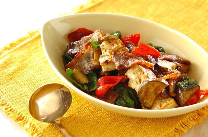 野菜と肉と豆腐で栄養たっぷりの炒めものは、ご飯なしでもこれだけでじゅうぶん満足できそう。グリーンとレッドのピーマンががとても鮮やか。味付けはスパイシーなカレー味で、目でも香りでも食欲をそそられます。