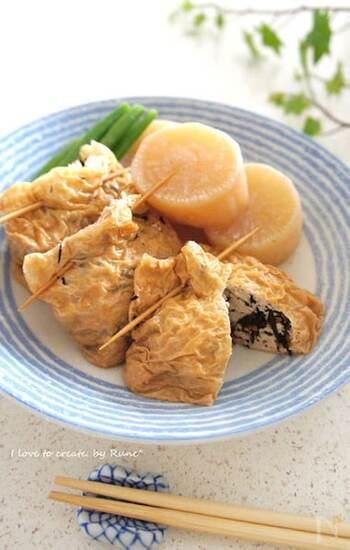 ご飯のおともにおいしいひじきの煮物。でも、たっぷり作って余ってしまったら、木綿豆腐とあわせて油揚げに包んで、白だしで巾着煮にしてはいかがでしょうか。煮汁が半分になるくらいまで煮込むとジューシーでヘルシーなおかずになります。