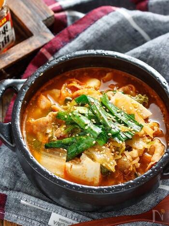 野菜も肉もたっぷり入ったピリ辛のチゲ風のおかずスープ。とっても簡単に作れるだけでなく、煮込む時間も3分ほどなのに、仕上がりはスープをすべて飲み干すほどのおいしさ。チゲ風の辛味が食欲のない夏や、寒い冬にも最適の季節を問わず使える時短おかずスープです。