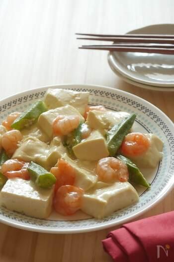 あんかけ豆腐のあんは、きのこで作ったり、カラフルな野菜を刻んだりと色々な種類があります。こちらはエビとオクラで、さっぱり塩味のあんかけ豆腐に。グリーンが美しいオクラの他に、青菜で作ってもおいしく仕上がります。