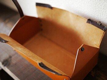 ファスナーを引くと上が大きく開き、ティッシュの交換がしやすいつくりになっています。高さ6.5cmまでのティッシュ箱が入れられるサイズ。