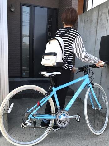 先程のコーデの逆で、黒ベースのデザインボーダーには、白ベースのリュックや黒スニーカーを合わせるなど、全体のカラーバランスを取ることがおしゃれに見えるコツ。こちらもモノトーンコーデにすることで水色の自転車がより目立ちます。