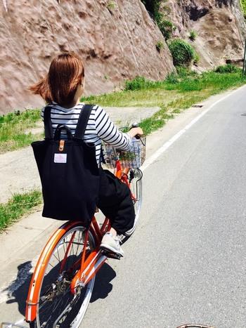 赤系の自転車をお持ちなら、是非試して欲しい、ボーダーと黒パンツのモノトーンコーデ。リュックやスニーカーも、色を合わせて赤い自転車を際立たせると絵になるスタイルに♪