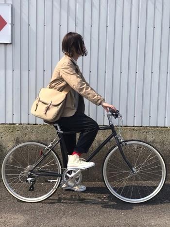 ちょっと肌寒くなってきたら、アウタージャケットは必須アイテム。自転車には長いものよりショート丈の方がアクティブに動けます。ベージュのアウターに合わせた色味のショルダーバッグに、黒パンツで秋らしく。足元は白スニーカーで抜け感をプラスして、赤ソックスでスパイスを♪