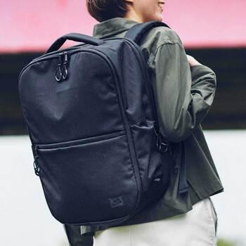 「Kraso(クラソ)」のバックパックは、10個のポケットでストレスフリー。なるべく少ない動作で目的の物を取り出すことをコンセプトに作られているので、使いやすさは間違いなし。無駄のないデザインはコーデを選ばないので、お仕事バッグとして最適です。