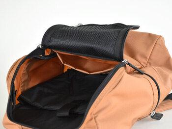 """""""METRO ROADIE(メトロロディ)""""は、メインスペースにPCを入れるのにぴったりなクッション入りのポケットがあります。メッシュのポケットや、メインスペースに大き目のポケットがついているので、バッグの中が整頓できますよ。"""