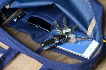 内側には、ポケットがついているので細かいものの収納に便利です。柔らかい素材ですが、クッション素材も使われているのでPCを安心して持ち運べます。
