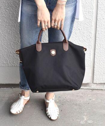 「Bonfanti (ボンファンティ)」は1945年設立のバッグブランドです。素材はナイロンを使用。しっかりとした素材感なので、ナイロンでも上品な印象に。またバッグ自体が軽いので、荷物が重くなりがちなPCの持ち運びも重さを軽減できますよ。底には鋲がついているので、生地が擦れるのを防いでくれます。