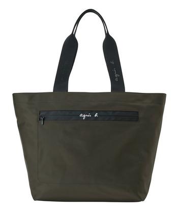 「agnes b.(アニエスベー)」のトートバッグは、肩にかけられる長さのもち手で、PCバッグにぴったり。ナイロン素材で軽く、A4に対応しているのでかわいいだけじゃなく、機能面もばっちりです。さりげないブランドのロゴが、お仕事の場面にも◎。