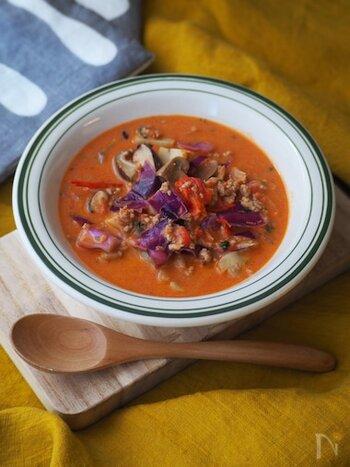 お肉とゴロゴロ野菜の「きのことクリームチーズのトマトスープ」。水を使わずにトマトの水分だけで作っているので、トマトの味がしっかりと感じられる、味わい深いスープに仕上がります。