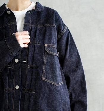 「デニムジャケット」を上品に着こなす。秋の大人カジュアルコーデ集