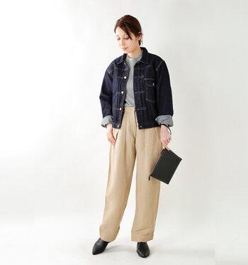 デニムジャケットに、キレイめな印象のハイウエストパンツを合わせたコーディネートです。グレーのシンプルトップスをタックインして、ベーシックにまとめています。秋口の少し暑さを感じる季節には、デニムジャケットの袖をロールアップし、こなれた雰囲気で着こなして。