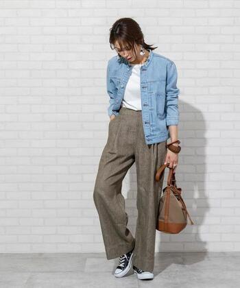 薄いブルーのデニムジャケットは、キレイめコーデとの相性抜群。ワイドパンツに白トップスをタックインしたベーシックなスタイリングも、スニーカーとデニムジャケットでデイリーコーデに早変わりします。