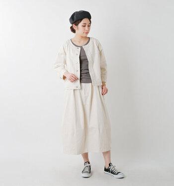 白のデニムジャケットは、カジュアルになりすぎない大人コーデにぴったりです。色味を合わせたスカートで、セットアップ風の着こなしに。ベレー帽で落ち着いた印象に見せつつ、足元はスニーカーでカジュアルポイントを上手に盛り込んでいます。