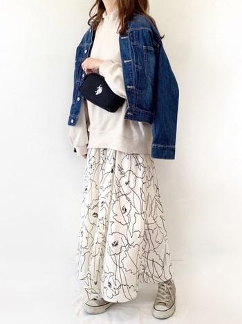 パーカー×フレアスカートに、デニムジャケットを合わせたミックスコーデ。ショルダーバッグやスニーカーでカジュアルな印象ですが、線画デザインのスカートでトレンドと女性らしさをしっかりとアピールしています。