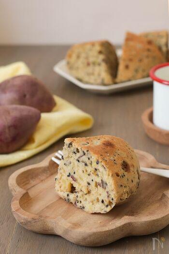 さつまいもを使った秋らしい炊飯器ケーキのレシピ。角切りにしたたっぷりのさつまいもと黒糖がやさしい甘みに仕上げてくれるので、小さな子供にもおすすめです。パンの代わりに朝ごはんとして作っても◎