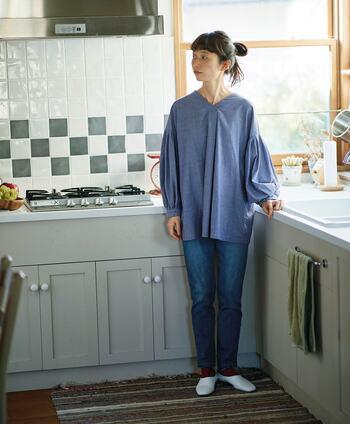 ベーシックなデニムパンツに合わせる無地トップスも、シャツやブラウスならそれだけできちんと感が出てサマになります。同系色のブルーのブラウスは、ゆったりとしたシルエットでタイトなデニムとのメリハリアピールにもぴったりです。
