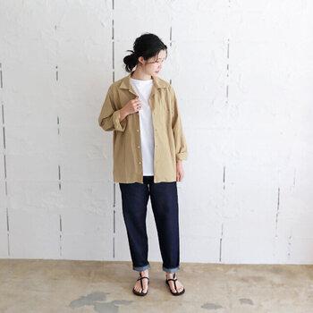 デニムパンツに白トップスを合わせたシンプルコーデも、ベージュのシャツを羽織ればこなれ感がグッと高まります。足元はサンダルで涼しげな印象ですが、気温に合わせてブーツやパンプスを合わせても◎