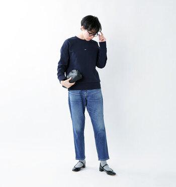デニムパンツ×ネイビートップスの定番コーデですが、靴下×黒パンプスの足元で抜け感をプラス。レディライクな印象とトレンド感を演出できるので、シンプルコーデのアップデートにもぴったりですね♪