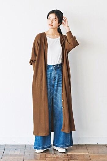 ワイドデニムパンツに白トップスをタックインして、上からロング丈のカーディガンを羽織ったスタイリング。縦長のラインで着痩せ効果も期待でき、今っぽいトレンド感もアピールできるおすすめの着こなしです。