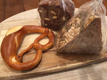 都内の有名百貨店でも取り扱われているリンデのドイツパンは、まさに正統派のドイツパン。ライ麦、オートミール、ケシの実などを使用したパンを数多く取り扱っています。一歩店内に足を踏み入れると焼き立てパンのいい香りが広がります♪