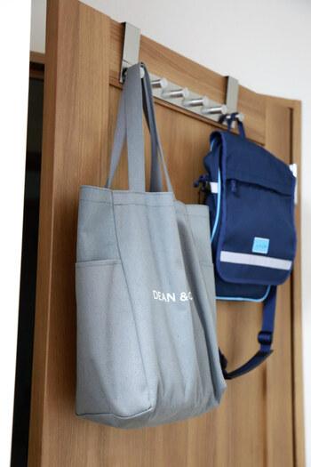 ドアの上部に掛けられるドアハンガーを使えば、扉が収納スペースに。バッグを取ってドアを開け、外出するという流れがとってもスムーズです。