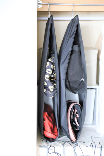 ショルダーバッグやリュック、ビジネスバッグなど種類問わず収納できるバッグポケット。上下に分かれていて、バッグが2つ収まります。クローゼットのハンガーパイプに掛けられるのが便利ですね!