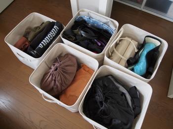 無印良品のソフトボックスに、バッグの種類別に分けて収納しています。型崩れを防ぎたいバッグは、購入時に付いている紙を中に入れれば◎トートバッグはコンパクトに畳んでたっぷりしまえます。
