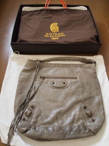 柔らかくてシワになりやすいバッグは、箱に入れて収納するのがおすすめ。クローゼットの手に取りやすい場所に置いておくと良いですね。