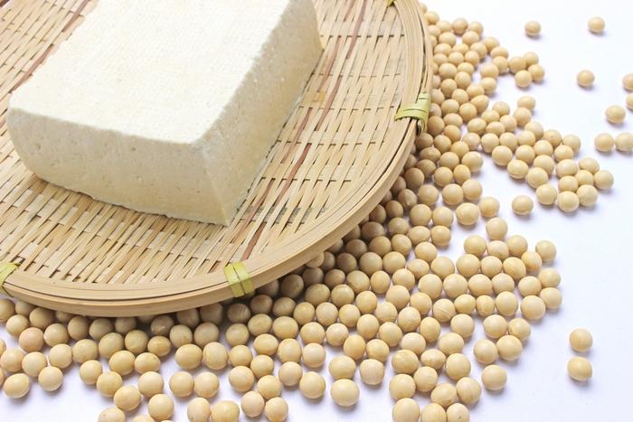 豆腐の原料の大豆は昔から畑の肉と言われているほど、良質なタンパク質が多い食物です。本来消化のあまりよくない大豆なのに、豆腐になると吸収率が高くなり、胃腸にもやさしい食材になります。また、豆腐には脂肪代謝機能が高い大豆レシチンも含まれていて、低糖質なのもダイエットに向いている理由でもあります。他にも豆腐には、女性ホルモンと似た働きをして、お肌にもいい大豆イソフラボンも含まれているので、ダイエット中の肌荒れ対策にも効果が期待できるかも。