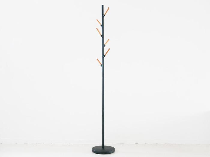黒を基調とした華奢なポールハンガー。木製のバーが温かみをプラスしています。サイズは幅28cm×高さ177cm。リビングや玄関など場所を選ばずに置けて、インテリアの一部になります。