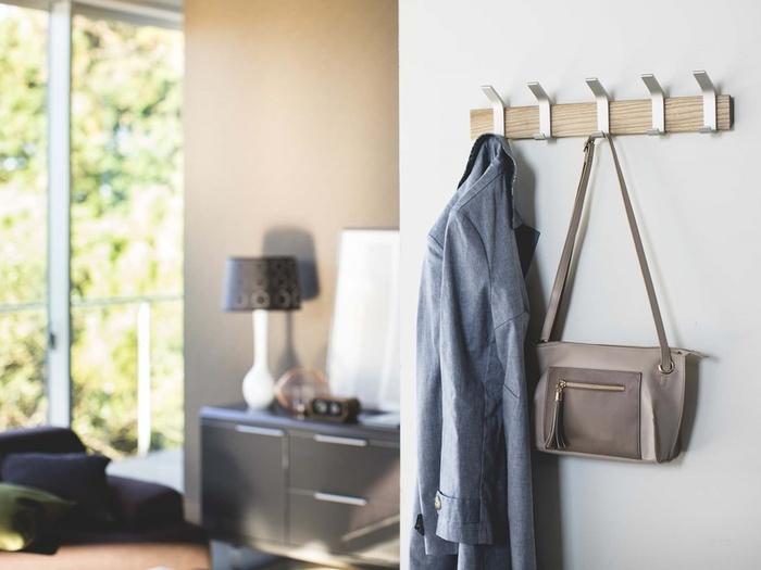 壁に取り付けられるハンガーです。1つのフックにつき掛けられる場所が2箇所あり、収納力抜群!ぽんと掛けるだけでもおしゃれに見えますね♪