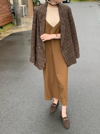 紳士的な印象を受けるチェックのテーラードジャケットにワンピースを合わせると女性らしさがグンっとアップ。スカートやシューズなどの小物もカラーを合わせているのでごちゃついた印象にならず、マニッシュらしさも健在。