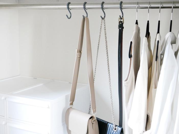 吊り下げ収納の必須アイテムとも言えるS字フック。柔軟性のある素材でできているため、取り付けやすく外れにくいのがメリットです。バーの太さは3cmまで対応でき、クローゼットでも大活躍!