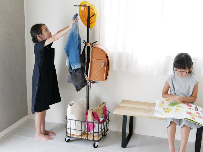 高さ137.5cmと子供の手が届くサイズなので、自分でお片づけする習慣がつきますね。キャスター付きなので移動が楽々。床を掃除する時も便利です。