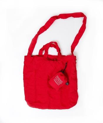 ショルダータイプのエコバッグは、小さく折り畳んで収納できるのが魅力。メッセンジャーバッグやリュックに常に入れておけば、お買い物で荷物が増えた時や、コンビニに寄り道した時も困る事はありません。
