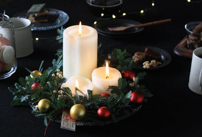 ミモザの枝で作ったシンプルなリース。オーナメントやキャンドルと組み合わせてガラスの器に乗せると、上品で豪華な雰囲気に変身します!クリスマスパーティーのテーブルに飾っても素敵。