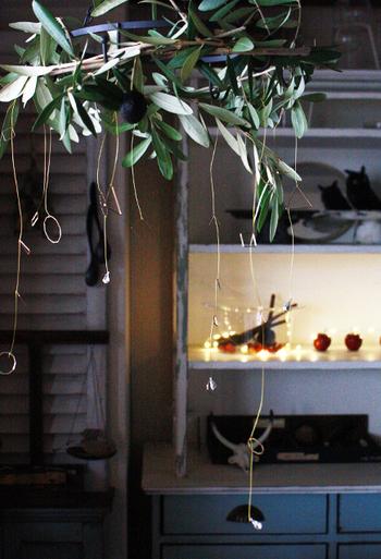 天井に吊るす、ちょっぴり変わり種のフライングリース。北欧風にシンプルなモチーフをオーナメントとしてぶら下げると、モダンな印象になります。パーツはすべて100均のものなので、プチプラで作れますよ!