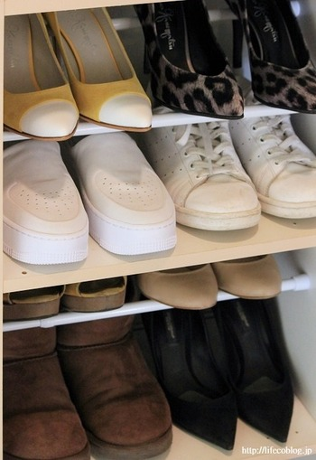 ヒールの靴を収納したい場合には、突っ張り棒2本のうち手前を低めに、奥を高めに設置して、ヒールをひっかけるように収納します。