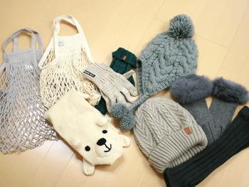 フックに引っ掛けることのできない、ニット帽や手袋などを玄関に収納したいときには、ネットバッグを使用するときれいに片付けられます。  バッグを使った収納は、ぽんぽん入れるだけでお片付けできるのがポイント!