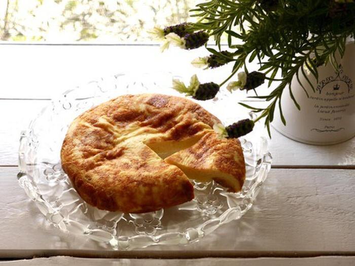 こちらは食パンを使ったパンプディングのレシピ。ちぎった食パンを炊飯器に詰め、プリン液を流しこむだけ。ボリュームもあるので、小腹が減った時のおやつにもおすすめです。
