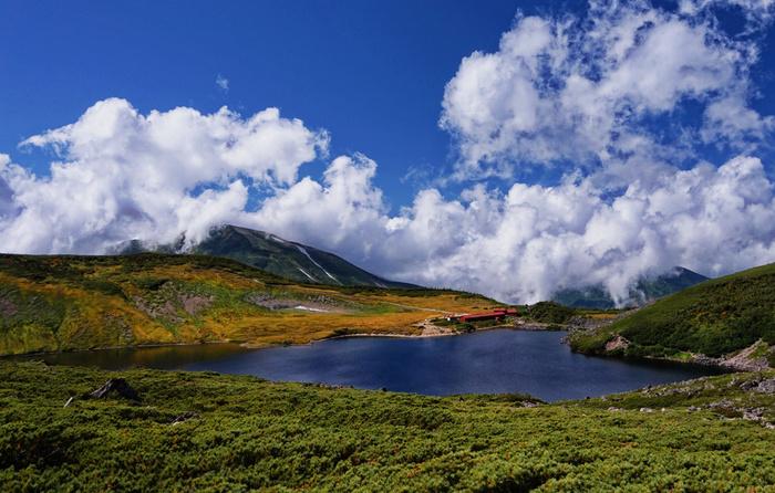 白馬大池は、標高2379メートルの高原に位置する池です。白馬大池は、北アルプスでは、風吹大池に次いで二番目の大きさの池です。雄々しい山々にぐるりと取り囲まれた場所に、陽射しをあびて紺碧に輝く白馬大池がぽっかりと浮かぶ幻想的な風景は、この地ならではの美しい景観です。