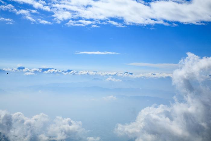 天候や季節にめぐまれると、千畳敷カールでは眼下に広がる雲海を臨むことができます。標高2500メートルを超える高原んから、果てしなく続く雲海を眺めていると、まるで自分が神々の棲み処に入り込んだかのような錯覚さえも感じるほどです。