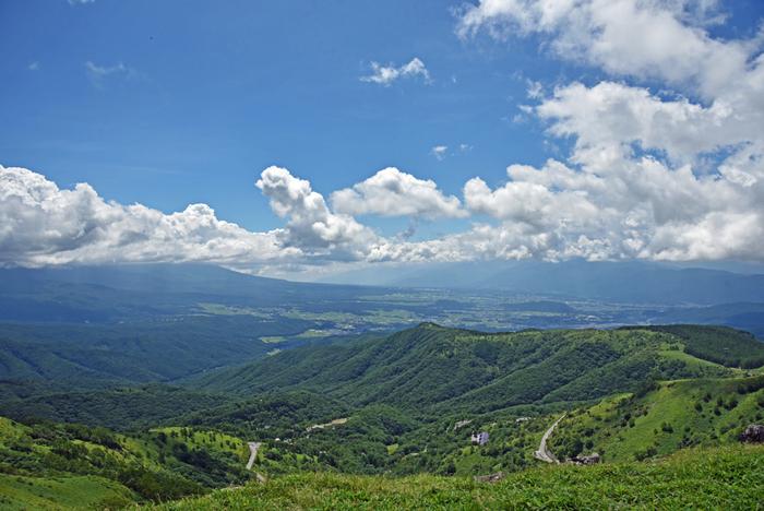 霧ヶ峰連邦の主峰で、標高1925メートルの車山の麓に位置する車山高原は一年間の平均気温が10℃以下という夏でも涼しい天空の楽園です。抜けるような青空、果てしなく続く、緑豊かな山々、空に浮かぶ白い雲とのコントラストの美しさは格別です。
