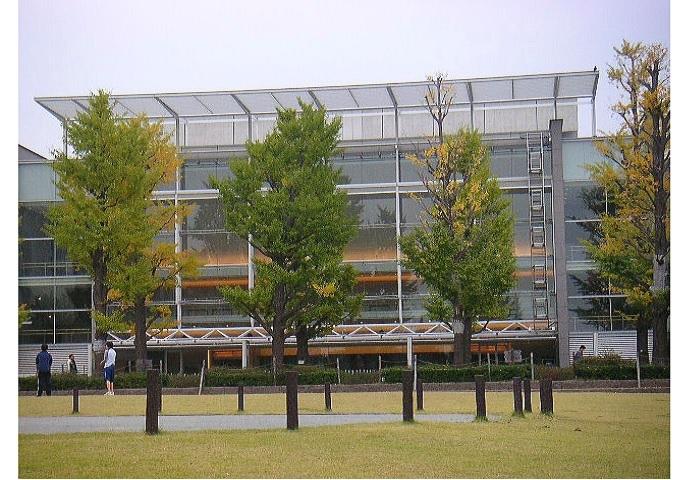 東横線・都立大学駅北口から柿の木坂通りの坂道を7分ほど登ると、旧・都立大学(現・首都大学東京、八王子に移転)の跡地に整備された「めぐろ区民キャンパス」に到着します。 1.8万㎡あまりの緑濃い敷地に、小川のある公園をはじめ体育館や大小のホール、障がい者施設ほかを備えた区の複合パブリックスペースです。  ※21:00までの開館:月曜日から土曜日。(日曜・祝日:17:00まで)