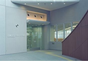 図書館は、「区民キャンパス」の地下1階にあります。