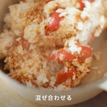 ④混ぜる 炊き上がったごはんに③と白すりごまを加えて混ぜ合わせます。